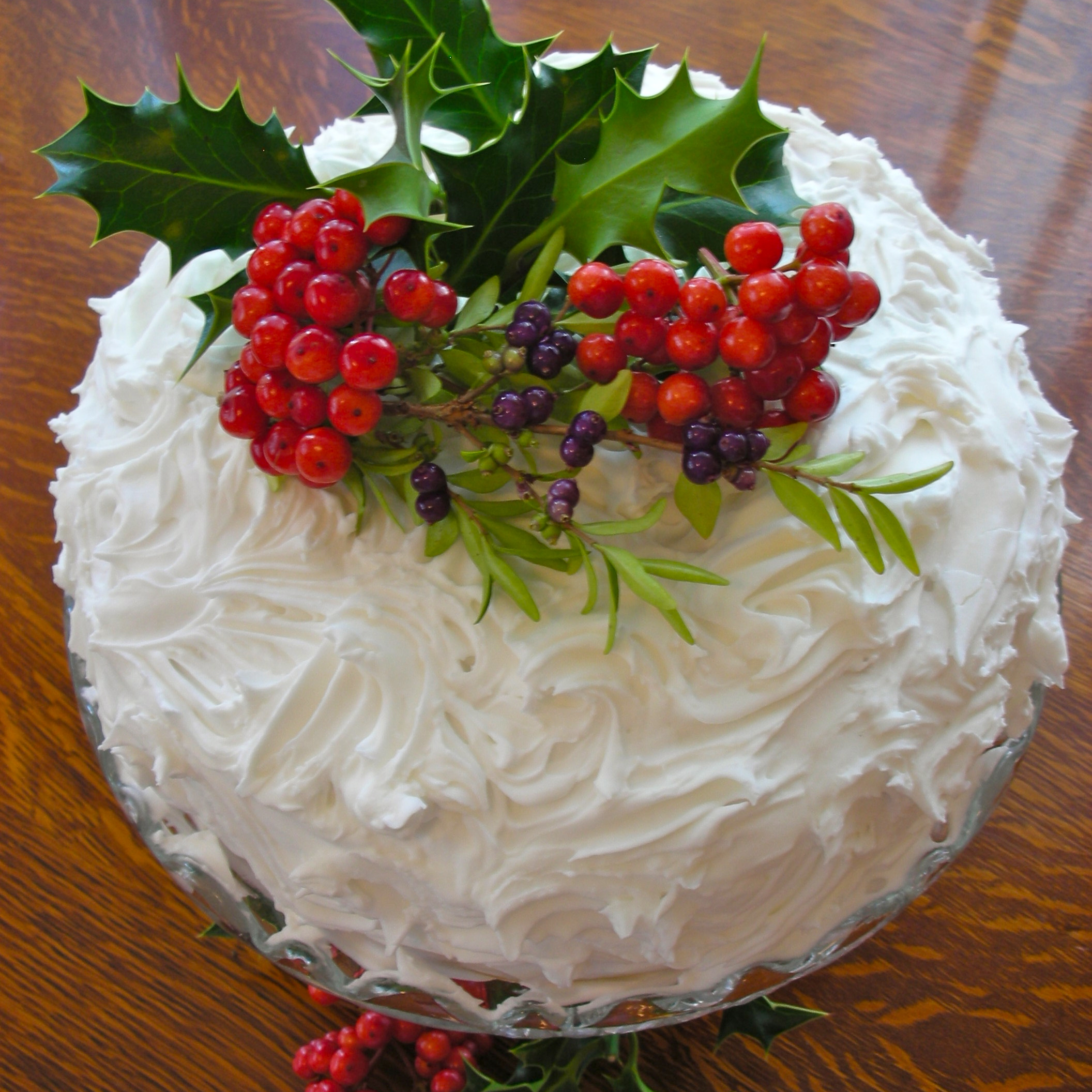 Decorate Christmas cakes with festive flowers